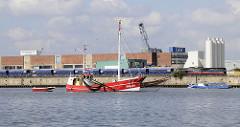 Fischkutter beim Fischfang in der Norderelbe im Hamburger Hafen - im Hintergrund Eisenbahnwaggons und Siloanlagen der OAM Werke am Kirchenpauerkai.