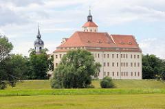 Blick zum Schloss Pretzsch (Elbe) - lks. die St. Nikolauskirche.