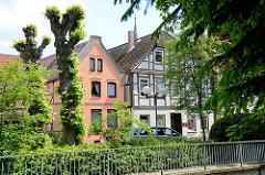 Blick über den Fluss Luhe zu historischen Wohngebäuden in Winsen.