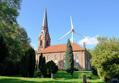 Kirche St. Gertrud in Hamburg Altenwerder; der Friedhof und die Kirche sind die einzig erhaltenen Reste des ehem. Fischerdorfs Hamburg Altenwerder.