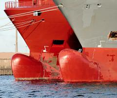 Schiffsbug / Wulstbug zweier Frachtschiffe im Hamburger Hafen.