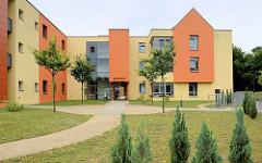 Wohnhaus Lebenshilfe Torgau - Dahlener Straße, moderne farbige Hausfassade.