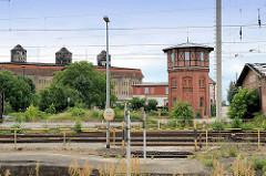 Blick über die Bahngleise zum alten Wasserturm im Bahnhofsbereich; erbaut Ende des 19. Jhd. - Klinkerfassade mit Fachwerkaufsatz. Im Hintergrund Speichergebäude - erbaut 1902 - architekturhistorisches Denkmal.