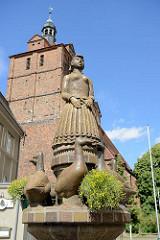 Gänsebrunnen mit in Dommitzsch geschaffenen Keramikfiguren - gebaut 1983; im Hintergrund die St. Marien-Kirche.
