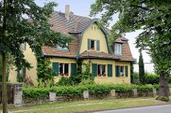 Villa in der Architektur des Heimatstil, grüne Fensterluken - Bilder aus Wartenburg.
