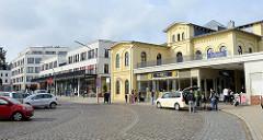 Erik-Blumenfeld-Platz, restauriertes Bahnhofsgebäude und Neubauten im Hamburger Stadtteil Blankenese.