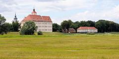 Blick über die Elbniederung / Elbauen zum Schloss Pretzsch.