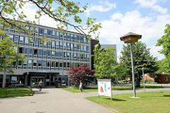 Modernes Verwaltungsgebäude vom Landkreis Harburg in Winsen (Luhe), re. ein Nistturm für Schwalben / Mauersegler.