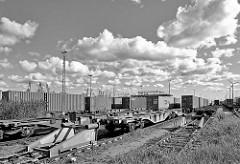Prellbock und Containerzüge am EUROGATE Containerbahnhof im Hamburger Stadtteil Waltershof.