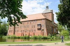 Blick vom Schlosspark über den Schlossteich zum Schloss in Winsen / Luhe. Befestigungsanlage aus der Renaissance - Ursprungsbau aus dem 14. Jahrhundert. Jetzt Nutzung als Gerichtsgebäude und Museum.