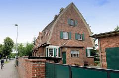 Backstein-Wohnhaus mit Spitztonnendach und grünen Fensterläden - Architektur in Torgau, Friedrich Naumann Straße.