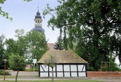 Kirchturm der St. Petrikirche in  Wartenburg, errichtet um 1727 / Barock - altes Fachwerkgebäude, Feuerwehrhaus.