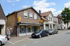Geschäftshäuser, Einzelhandel in der Bahnhofstrasse von Winsen, Luhe.