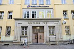 Eingangsportal - Deutsche Post / Postbank, Geschäftsgebäude in der August Bebel Straße von Torgau.