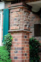 Backsteinrelief - Ziegelsäule am Eingang eines Wohnhauses in Torgau.