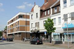 Mehrstöckige Altbauten mit Geschäften, moderner Wohnungsneubau in der Bahnhofsstraße von Winsen Luhe.
