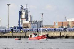 Fischkutter beim Fischfang in der Norderelbe im Hamburger Hafen - im Hintergrund Eisenbahnwaggons und Siloanlagen der Deutschen Asphalt am Kirchenpauerkai.
