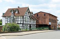 Wohngebäude mit Fachwerk, daneben Industriearchitektur, gewerbliches Ziegelgebäude in der Deichstraße von Winsen / Luhe.