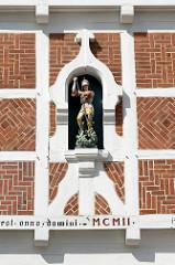Figur vom Heiligen St. Georg an der Fassade vom ehemaligen Leprosenhospital St. Georg in Winsen Luhe; erbaut 1766.