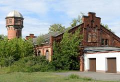 Gelände der Husarenkaserne in Torgau - Wasserturm und historisches Ziegelgebäude.