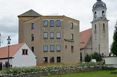 Alte Stadtmühle und St. Nikolaus Kirche in Pretzsch / Elbe. Die Kirche wurde 1727 auf Veranlassung der damaligen Kurfürstin Christiane Eberhardine in barockem Baustil umgestaltet - Entwurf Matthäus Daniel Pöppelmann.