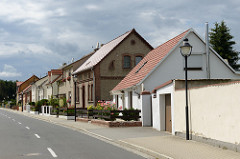 Wohnhäuser mit kleinem Vorgarten - Bad Schmiedeberger Strasse in Pretzsch (Elbe).
