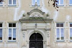 Eingang der ehemaligen Mädchenschule des Königlichen Militärwaisenhauses in Pretzsch.