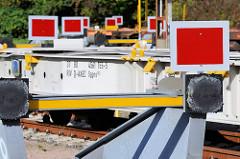 Prellböcke / Puffer am Eurogate Containerbahnhofin Hamburg Waltershof - der Gleisabschluss wird mit einem roten Schild markiert.