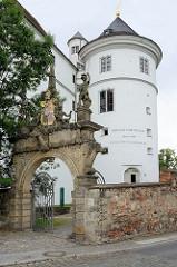 Eingang Elbstrasse zum Schloss Hartenfels in Torgau - Wappen und Steinfiguren - Flaschenturm.
