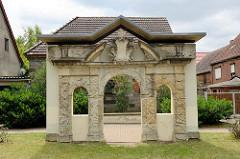 Altes Portal vom Brühlschen Gartenhaus aus dem Schlossgarten in Wartenburg, erbaut um 1750 - transloziert in den 1990er Jahren zum Kirchenplatz.