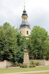 Kirchturm der St. Petrikirche in  Wartenburg, errichtet um 1727 / Barock - Denkmal mit Adler und ausgebreiteten Schwingen für die Gefallenen Helden Weltkrieg 1914 - 1918.