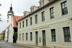 Stadt- und Kulturgeschichtliches Museum von Torgau, Kanzleihaus. Im Hintergrund die St. Marien Kirche.