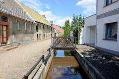 Badegasse in Pretzsch (Elbe) - Wohnhäuser, Brücke über den Graben.