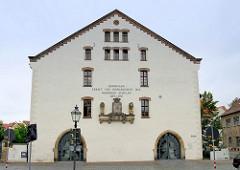 Ehem. Kornhaus, ursprünglich erbaut 1479 - 1538 zum Marstall umgebaut, ab 1812 Nutzung zur Lagerung von Waffen / Zeughaus - ab 2000 Nutzung als Schulgebäude