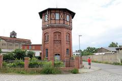 Historischer Wasserturm im Bahnhofsbereich von Torgau; erbaut Ende des 19. Jhd. - Klinkerfassade mit Fachwerkaufsatz.