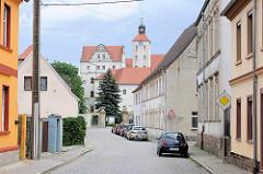 Blick durch die Elbstraße zum Eingangsportal und dem Gebäude vom Schloss Pretzsch.