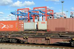 Containerzüge am EUROGATE Containerbahnhof im Hamburger Stadtteil Waltershof; im Hintergrund Containerkräne.