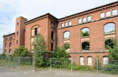 Alte Backsteinfassade - Ruine, historische Architektur in Torgau.