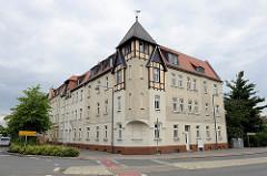 Eckgebäude, mehrstöckiges Wohnhaus mit Erkerturm und Fachwerkelementen - Dahlener Straße / Torgau.