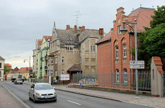 Wohnhäuser und Backstein-Schulgebäude an der Str. der Jugend in Torgau.