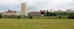 Blick vom Elbdeich zur Industriearchitektur der Muskatorwerke / Mischfutterhersteller am Hafen in Riesa; 2013 wurde der Prodkuktionstandort stillgelegt, die Firma ging in Insolvenz. Rechts Wohnhäuser / Plattenbauten am Karl-Marx-Ring.