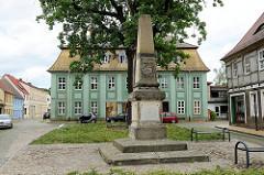 Denkmal für die 1866 + 1870 / 71 für das Vaterland gefallenen Söhnen der Stadt Pretzsch; Marktplatz der Stadt. Im Hintergrund das Wieckhaus - Geburtshaus von Johann Gottlob Friedrich Wieck - Klavierpädagoge und Vater von Clara Wiek / Schumann.