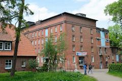 Gebäude der alten Wassermühle in Winsen / Luhe; jetzt Nutzung als Lagerräume, Geschäftsräume und Wasserkraftanlage zur Stromerzeugung.