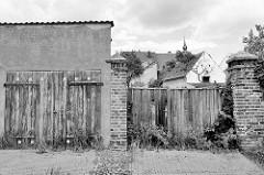 Alte Einfahrten / Holztor einer Garage in Pretzsch.