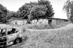 Alte Garagen, ausgebranntes Auto - Gewerbegebiet in Torgau / Sachsen.