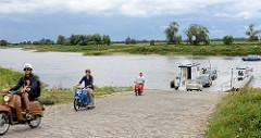 Elbfähre / Gierseilfähre bei Dommitzsch an der Elbe. Mehrer Mopeds / Schwalben und ein Trabi verlassen die Autofähre.