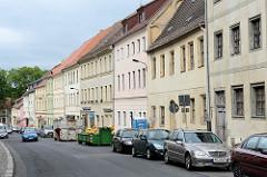 Ein- und zweistöckige Wohnhäuser mit Satteldach in der Leipziger Straße von Torgau.