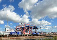 Portalkran auf dem Containerbahnhof des Container Terminals EUROGATE in Hamburg Wilhelmsburg - Lokomotiven Budapest und Praha der Metrans.