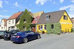 Wohnhäuser mit Efeu bewachsen - Martinikirchhof in Dommitzsch.