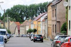 Wohnhäuser unterschiedlicher Baustile in der Pretzscher Straße von Dommitzsch.